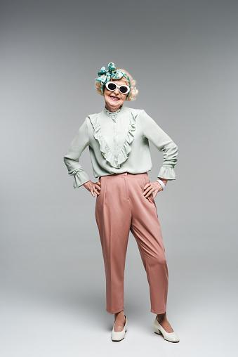 세련 된 머리 띠와 선글라스에 회색에 매력적인 고위 여자 노인에 대한 스톡 사진 및 기타 이미지