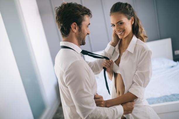 Attraktive sexy Frau mit ihrem hübschen Partner im Schlafzimmer – Foto