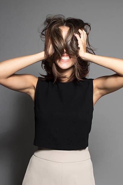 schöne schüchterne sexy models posieren in studio mit schwarzem shirt - schmale schulter stock-fotos und bilder