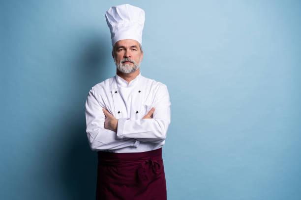 Attraktiv lächelnd fröhliche Koch isoliert auf blau. – Foto