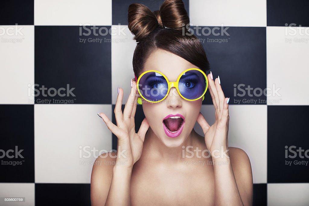 Schöne überrascht, junge Frau mit Sonnenbrille – Foto