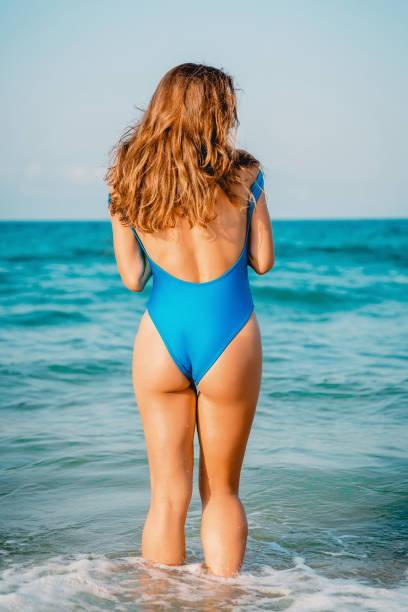 Attraktive Bräune Frau im blauen Bikini am Meer. Tropischer Urlaub – Foto