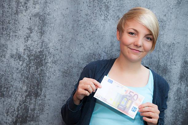 Schöne Teenager-Mädchen mit Fünfzig euro note – Foto