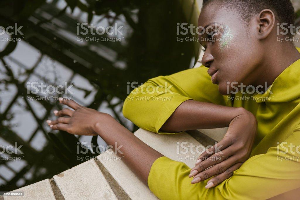 glitter makyaj havuzu poz ile çekici ihale Afro-Amerikan Kız - Royalty-free Afrika Kökenli Amerikalılar Stok görsel