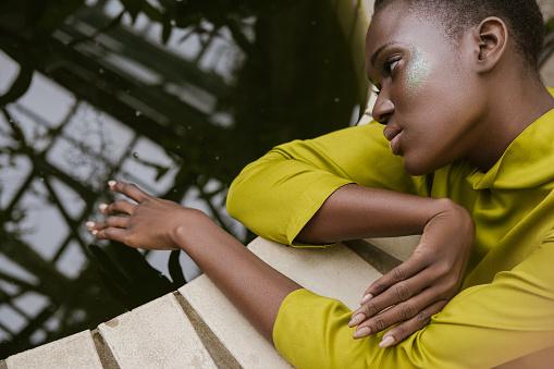 Glitter Makyaj Havuzu Poz Ile Çekici Ihale Afroamerikan Kız Stok Fotoğraflar & Afrika Kökenli Amerikalılar'nin Daha Fazla Resimleri