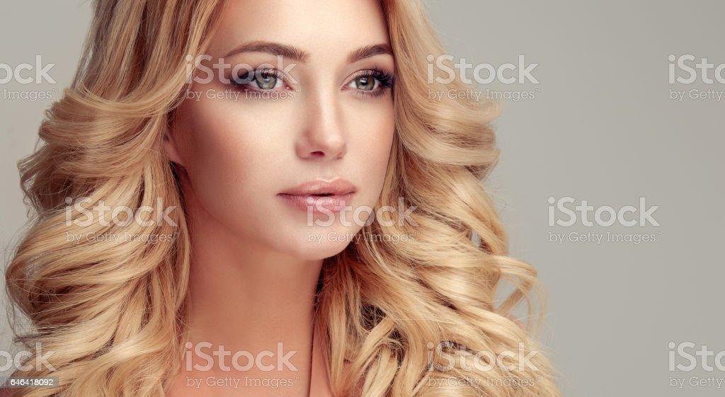 Attrayant Femme Blonde Avec Une Coiffure Elegante Photos Et Plus D