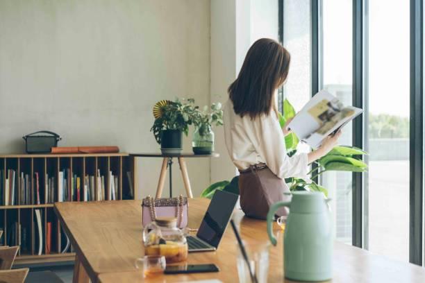 aantrekkelijke vrouw weekend vrijetijd alleen thuis genieten - woman home magazine stockfoto's en -beelden
