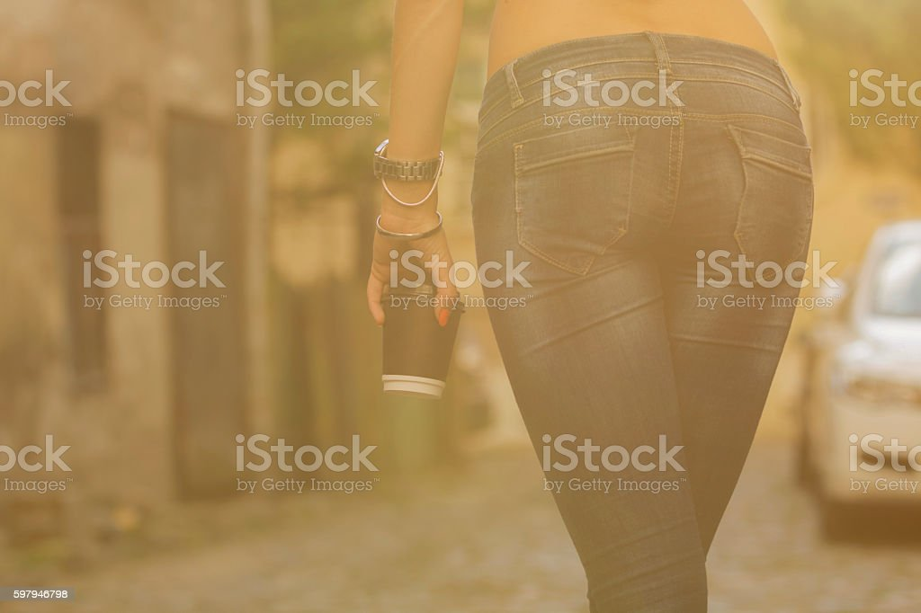 Attractive woman holding cup of coffee. foto royalty-free