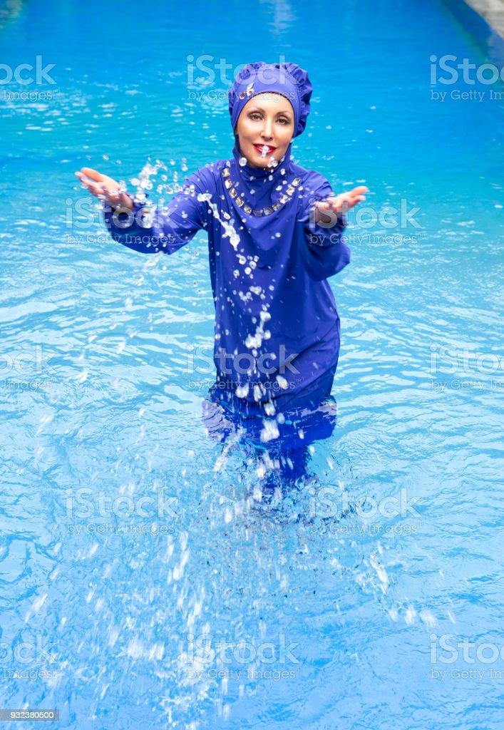 Imágenes Musulmán Salpica Mujer La Banco Agua Más Adulto Piscina Foto Un En Atractiva Traje De Baño Y Stock Burkini A54Lj3R