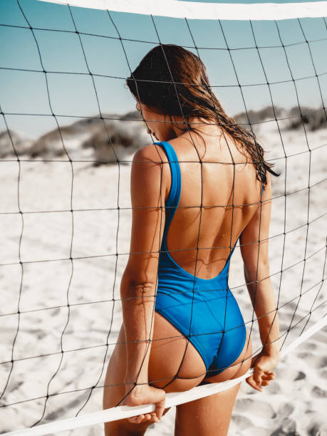 Attraktive Frau im Bikini mit Tennis net am Sandstrand. – Foto