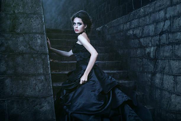 jolie femme en robe noire - vampire femme photos et images de collection