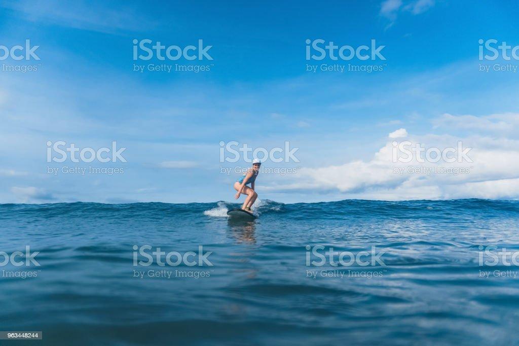 atrakcyjna kobieta w kostiumie kąpielowym surfing w oceanie - Zbiór zdjęć royalty-free (Bali)