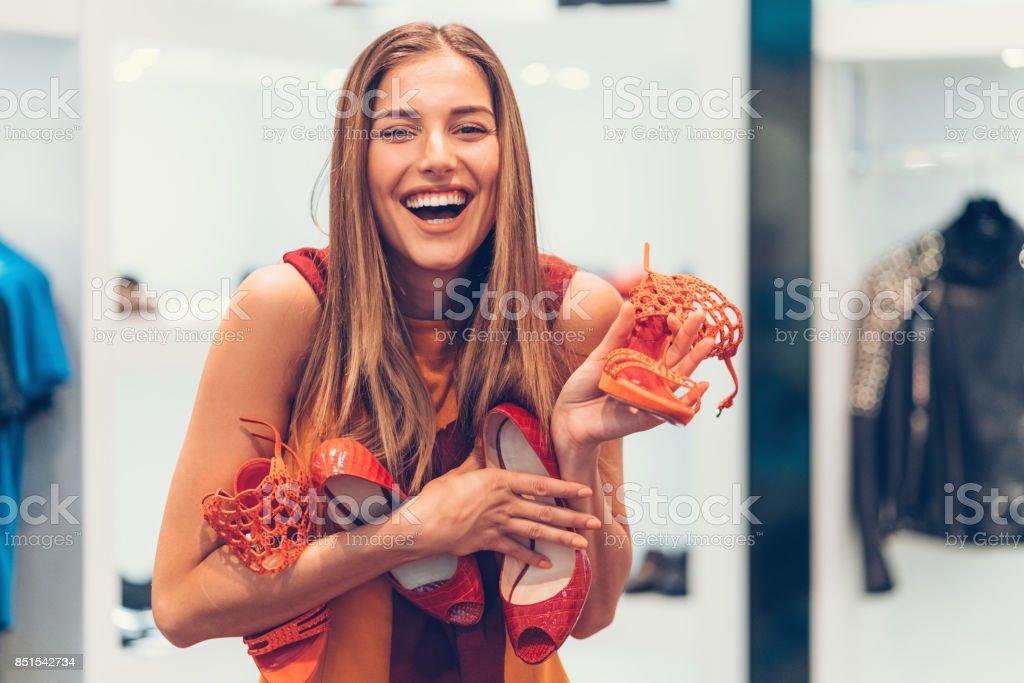 Attraktive Frau in das Schuhgeschäft hält einen Haufen neue Schuhe – Foto