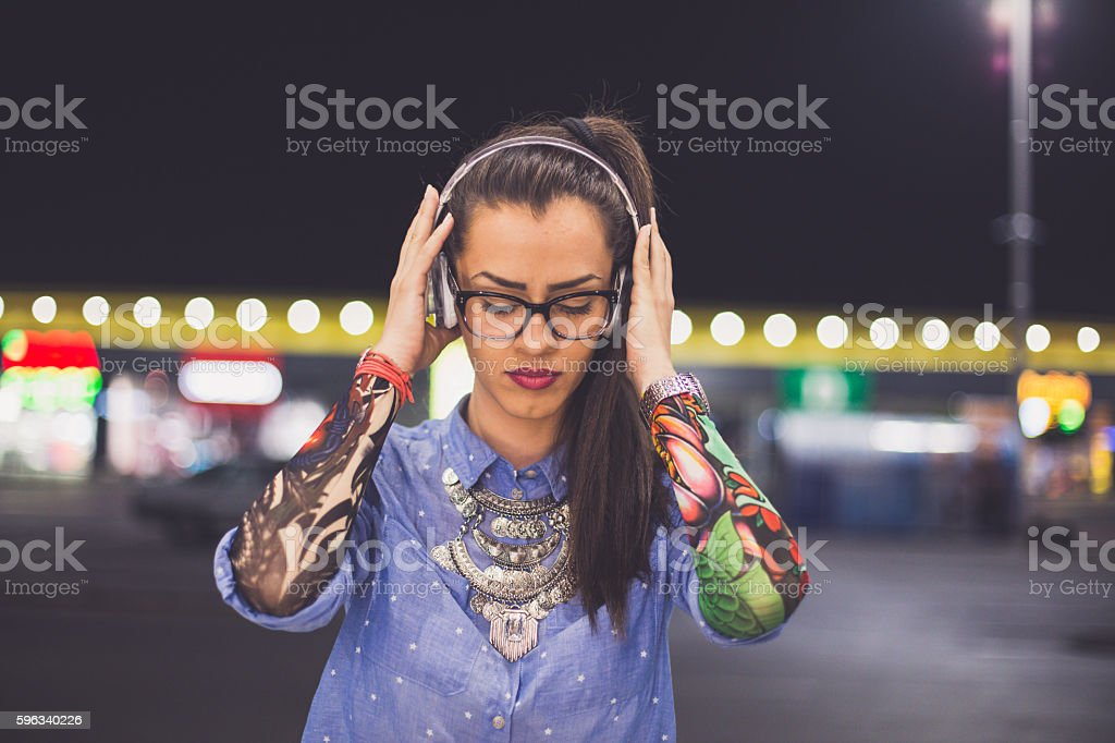 Attractive woman Listening to Music on Headphones Lizenzfreies stock-foto