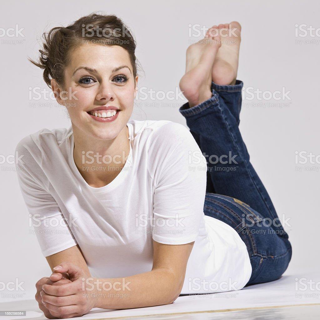 Привлекательная женщина, лежа и улыбка стоковое фото