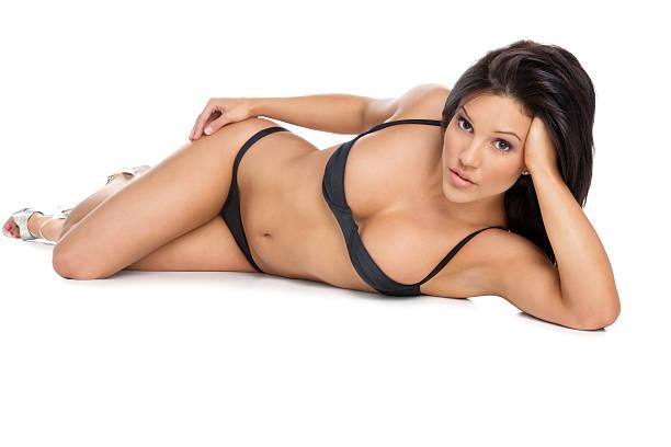 Attraktive Frau in einem Bikini liegen – Foto