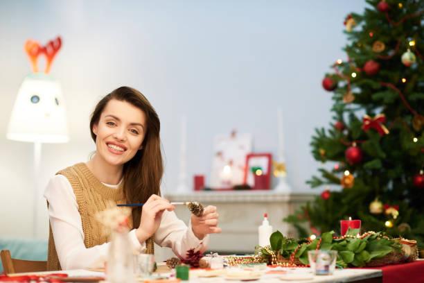 attraktive frau making christmas decoration - weihnachtsbilder zum ausmalen stock-fotos und bilder
