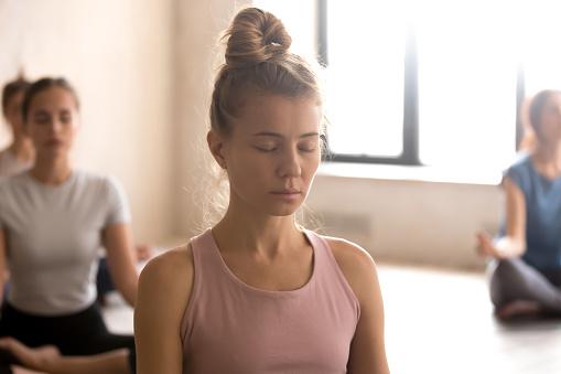 Attraktive Frau Meditieren Mit Augen Geschlossen Stockfoto und mehr Bilder von Achtsamkeit - Persönlichkeitseigenschaft