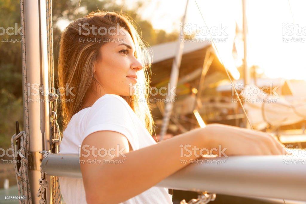 Attraktive Frau auf Segelboot – Foto