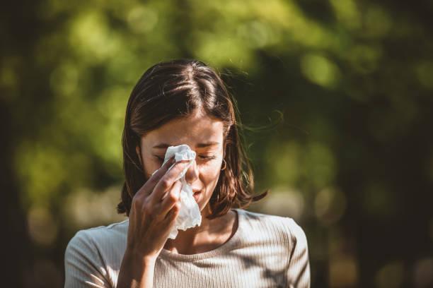 aantrekkelijke vrouw buitenshuis is met allergie - allergie stockfoto's en -beelden