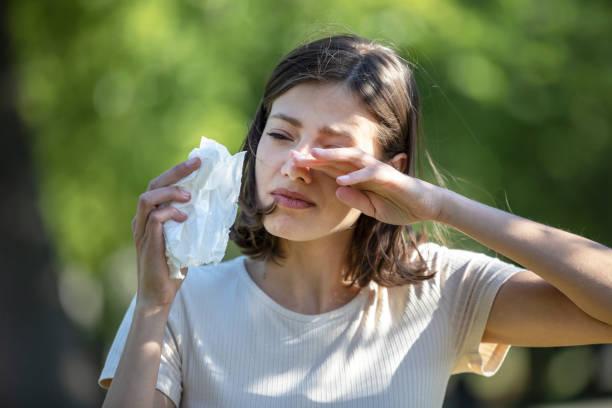 Femme attirante à l'extérieur est ayant l'allergie - Photo