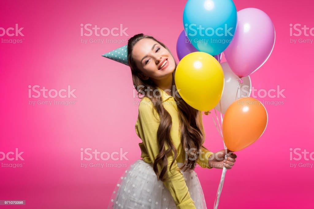 7c7ce0e39 Mujer Atractiva Posando Con Sombrero De Fiesta Y Globos Aislados En ...
