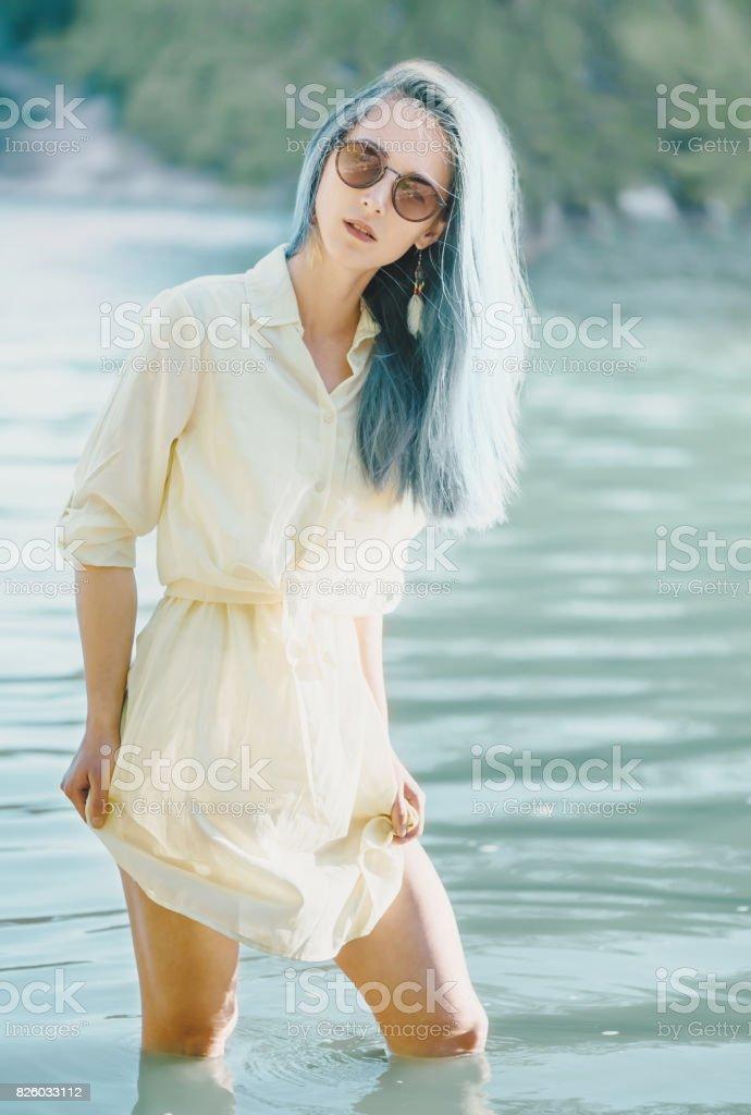 Jolie femme au repos sur le lac. - Photo