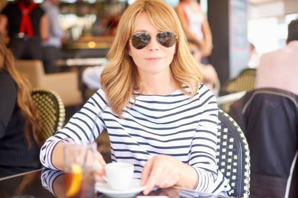 Attraktive Frau sitzen im café – Foto