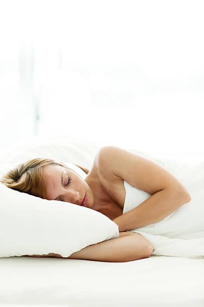 Attraktive Frau schlafen im Bett – Foto