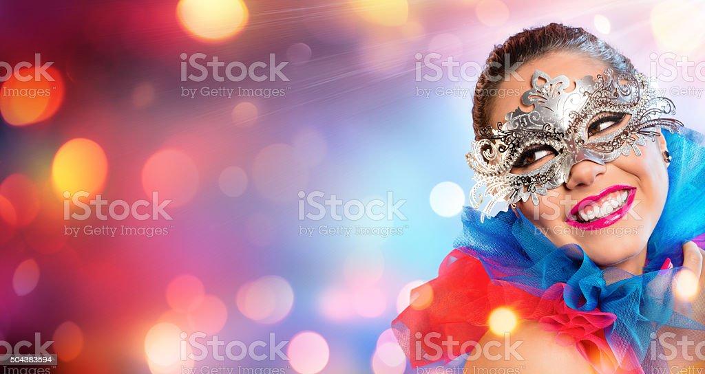 Attraktive Frau lächelnd mit Karneval Maske – Foto