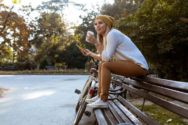 mulher atraente, uma pausa para café - banco assento - fotografias e filmes do acervo
