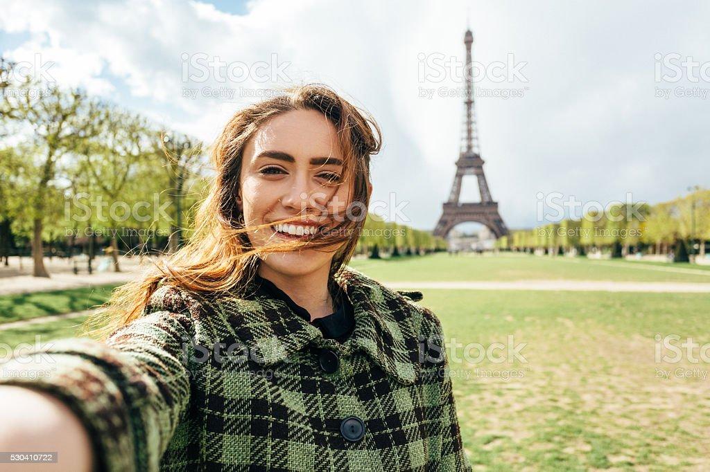Attraktive Frau ein selfie aufnehmen vor dem Eiffelturm – Foto