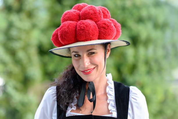 attraktive frau trägt einen traditionellen bollenhut - schwarzwald stock-fotos und bilder