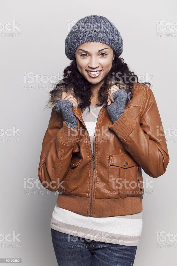 Mulher atraente, com uma jaqueta - foto de acervo