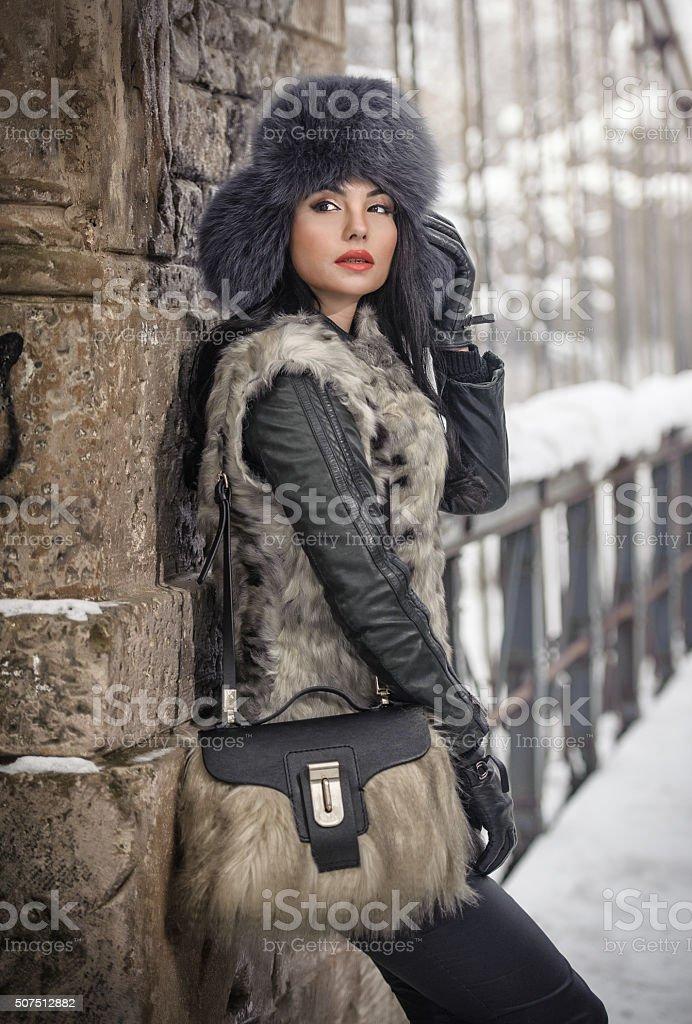 Attraktive Frau mit schwarzer Pelz Mütze und graue Weste – Foto
