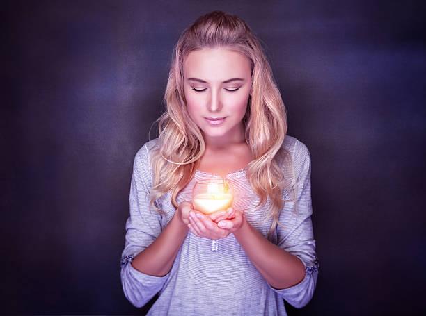 mulher atraente com velas - luz da vela - fotografias e filmes do acervo