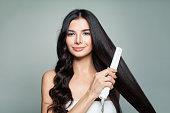 巻き髪とストレートのロングヘアの毛矯正を使用して魅力的な女性。髪の問題とヘアケアのコンセプト