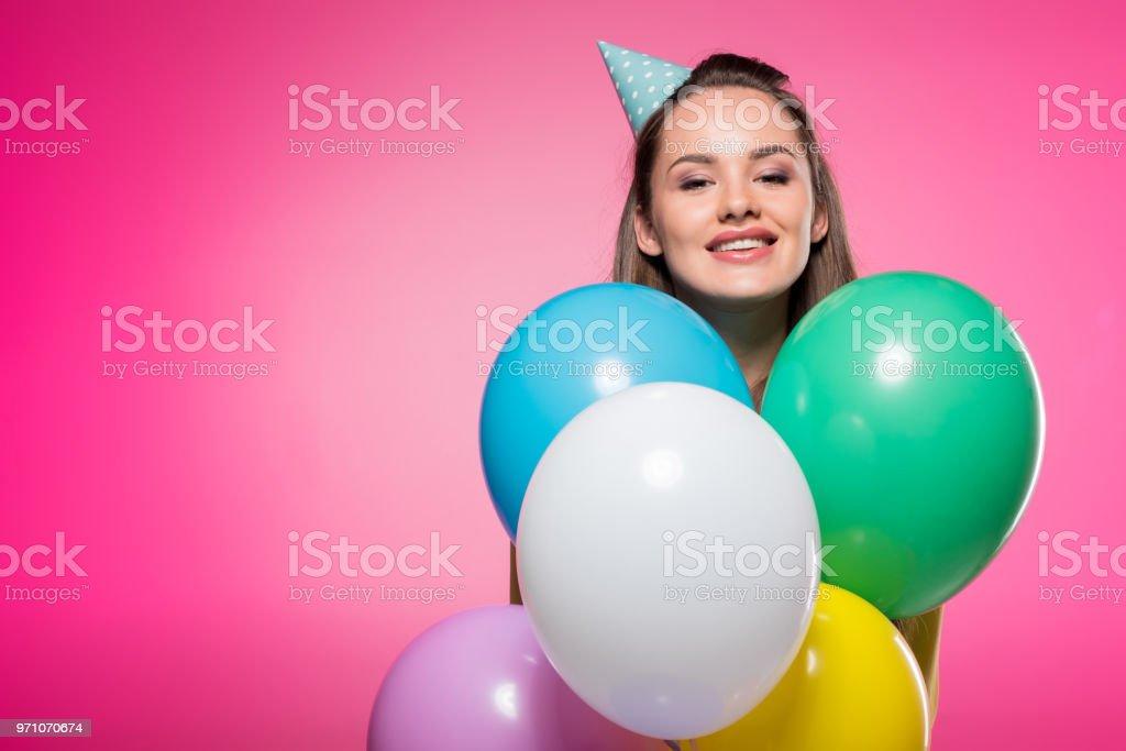 f989c54c3 atractiva mujer con sombrero de fiesta de globos aislados en rosa foto de  stock libre de