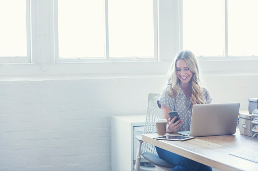Attraktive Frau Die Arbeitet Auf Einem Laptopcomputer Stockfoto und mehr Bilder von 2015