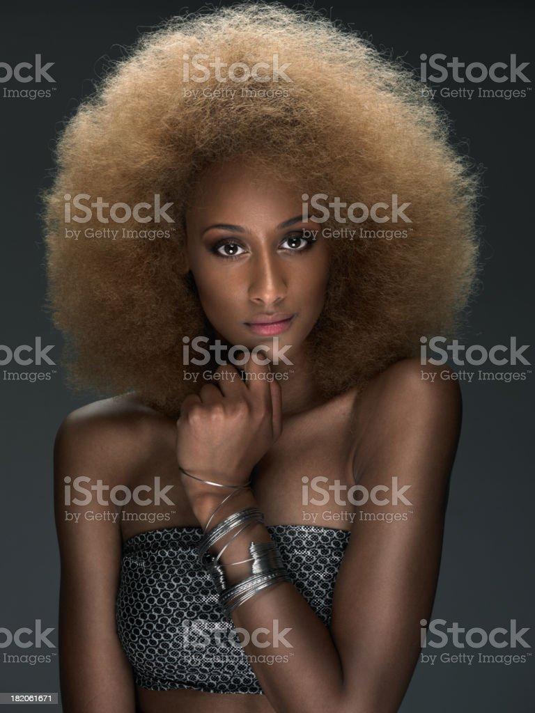 Atractiva joven mujer africana con el pelo rizado - foto de stock
