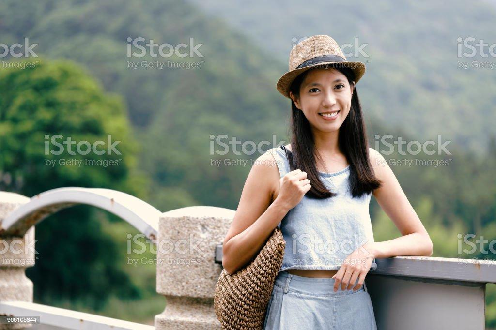 attraktiv ung asiatisk kvinna njuter av sommaren - Royaltyfri Barn Bildbanksbilder