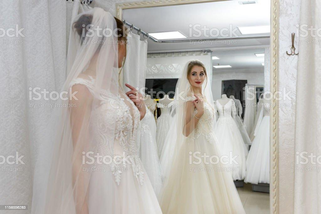 Foto De Noiva Nova Atrativa No Vestido De Casamento No Salão