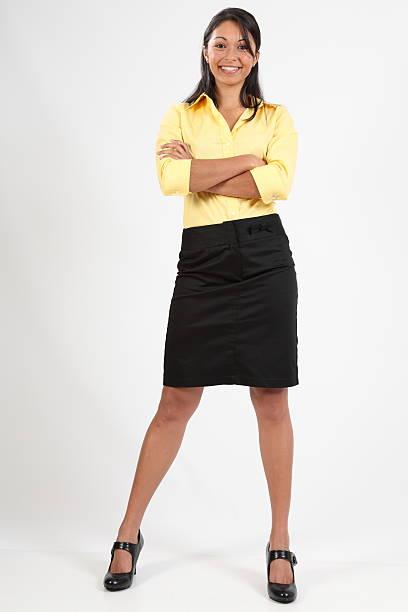 attraktiven jungen business-frau stehend mit arme gefaltet lächelnd - damen rock braun stock-fotos und bilder