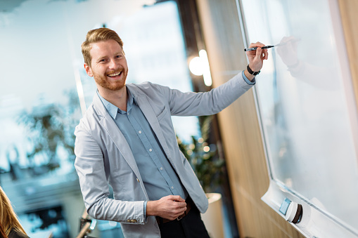 사무실에서 프레 젠 테이 션을 하 고 매력적인 젊은 사업가 Employee에 대한 스톡 사진 및 기타 이미지