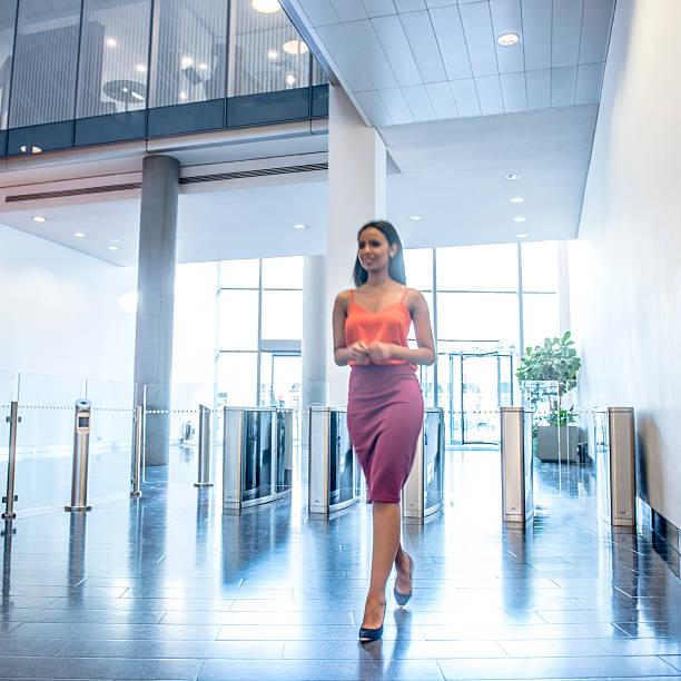 attraktive junge geschäftsfrau in modernen büro-foyer - schuhe auf englisch stock-fotos und bilder