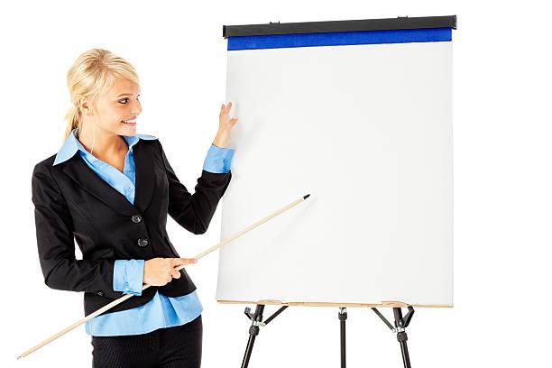 séduisante jeune femme d'affaires présentant avec bloc à dessin - baguette pour pointer photos et images de collection