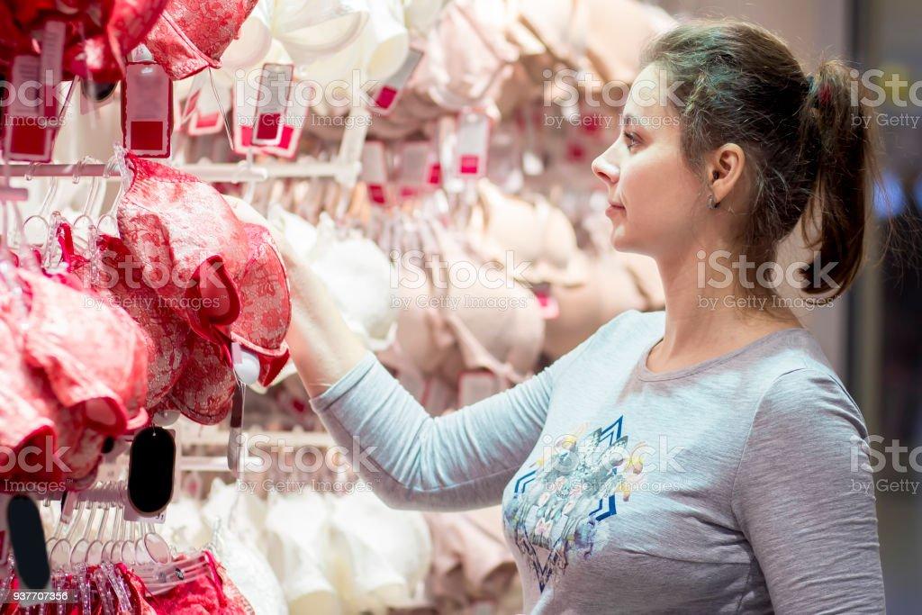 info for 4d6be cdcfe Attraktive Junge Mädchen In Einem Unterwäsche Shop Wählt Bh ...