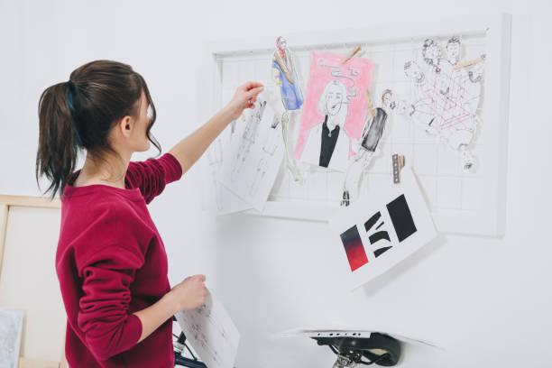 séduisante jeune fille dans des vêtements élégants de mood-board - croquis de stylisme de mode photos et images de collection