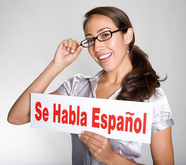 """attraktive junge hispanic frau hält """"se habla espanol"""" -schild - spanisch translator stock-fotos und bilder"""