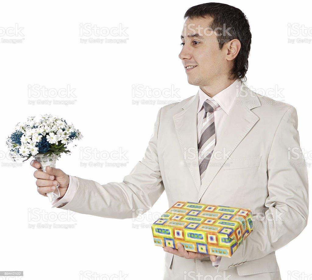 Séduisante jeune homme donnant un cadeau d'amour photo libre de droits